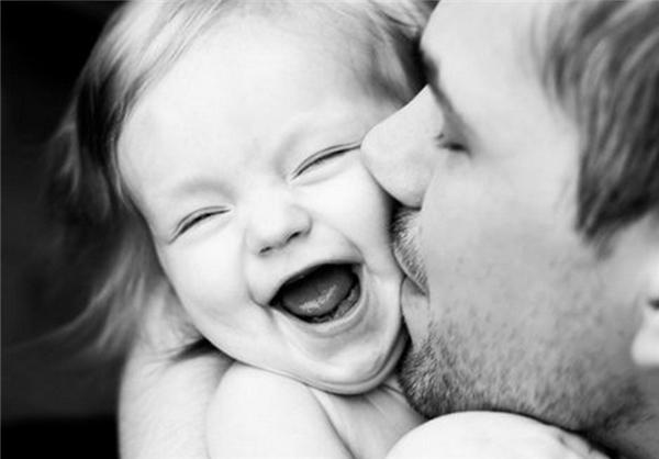 Đứa con gái bé nhỏ với những lọn tóc mềm luôn khiến trái tim người bố dễ dàng tan chảy. (Ảnh: Internet)