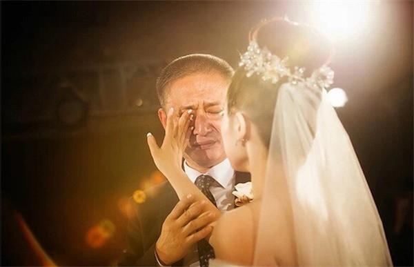 Ngày con gái đi lấy chồng, bố đã khóc, chắc chắn đó là giọt nước mắt hạnh phúc nhưng nó đang chất chứa nỗi niềm rất khó tả. (Ảnh: Internet)