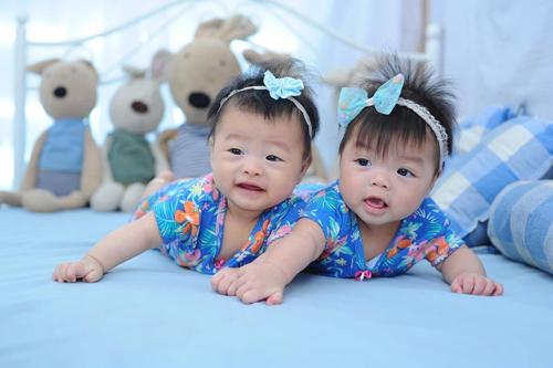 Bé chị Thảo Nhi (trái) và em Trúc Nhi (phải). Dù sinh đôi nhưng Thảo Nhi và Trúc Nhi hiếm khi chơi với nhau. Lần thấy hai con cười với nhau khi hơn 5 tháng tuổi, chị Hồng đã ứa nước mắt vì hạnh phúc.