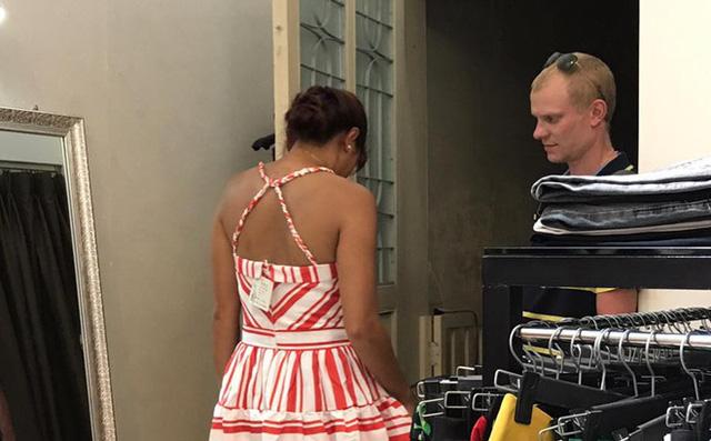 Có những người chồng rất mực quan tâm vợ, nâng niu chiều chuộng như anh chồng Tây dẫn vợ đi thử váy gây sốt mạng dạo nào. (Ảnh minh họa)