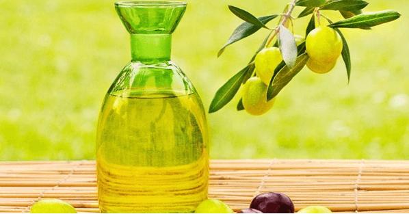 Dùng dầu oliu dưỡng tóc xoăn