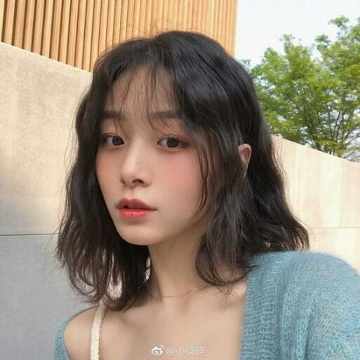 Kiểu tóc xoăn ngắn mái đẹp 2